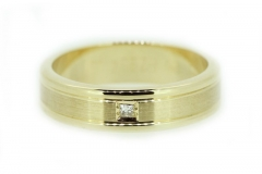 18ct yellow gold band with square cut diamond