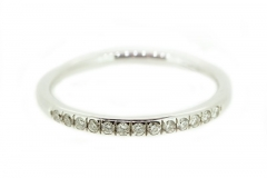 18ct white gold band featuring 13 diamonds
