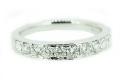 18ct white gold band featuring 12 diamonds